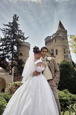 Ein Brautpaar mit einer Burg als Hochzeitslocation.