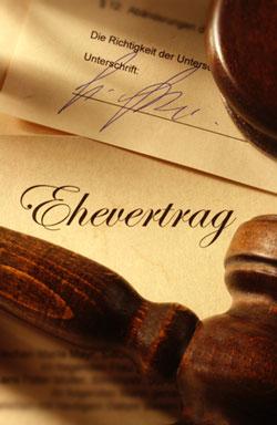 Einen Ehevertrag vor der Hochzeit unterschreiben.