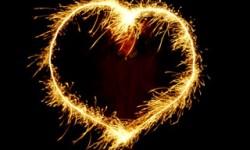 Ein Hochzeitsfeuerwerk in Herzform.