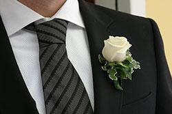 Weiße Rose am Jacket für die Mode für den Bräutigam