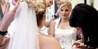 Braut beim Friseur und Kosmetiker.