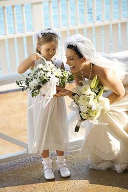 Kind als Blumenmädchen bei einer Hochzeit