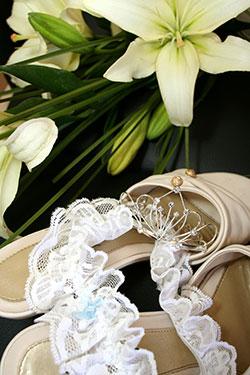 Strumpfband und Brautschuhe sind Braut-Accessoires