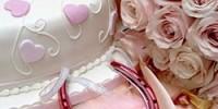 Rosa Hochzeits-Accessoires auf einem Tisch