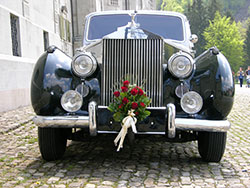 Hochzeitsfahrzeug geschmückter Oldtimer