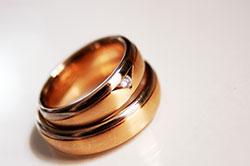 Trauringe für das Brautpaar in 2 Goldtönen.