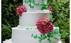 Eine dreistöckige Hochzeitstorte mit Blumen