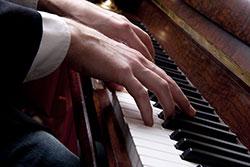 Pianist am Klavier spielt Musik für die Hochzeitsfeier