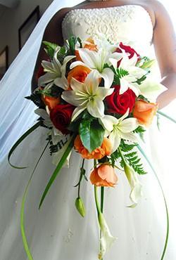 Der gebundene Brautstrauß mit Brautkleid