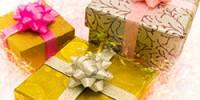 Geschenke mit gelber Verpackung.