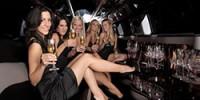 Junggesellinnenabschied in einer Limousine mit vielen Frauen.