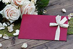 Geschmackvolle Einladungskarte für eine Hochzeit.